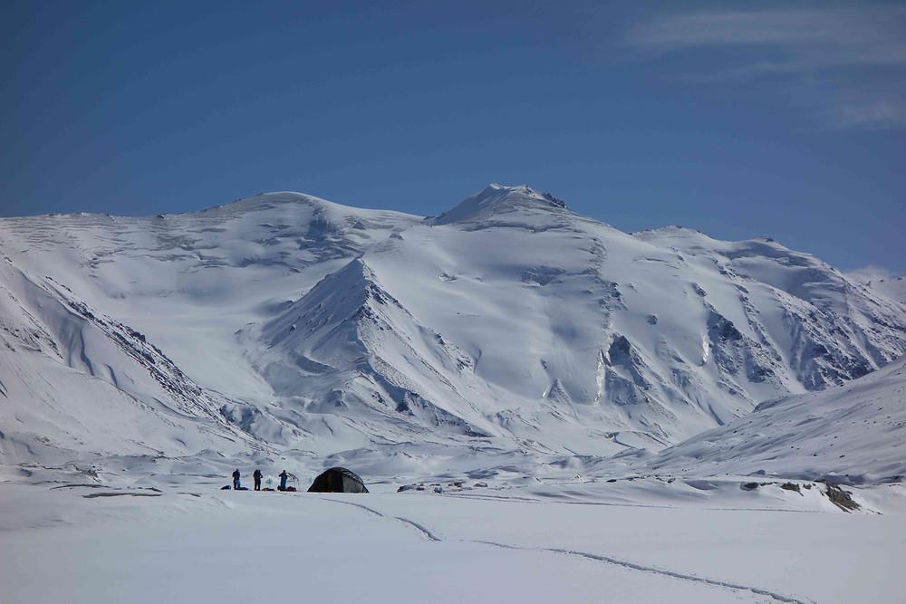 En plein coeur du glacier, notre bivouac entouré de hauts sommets