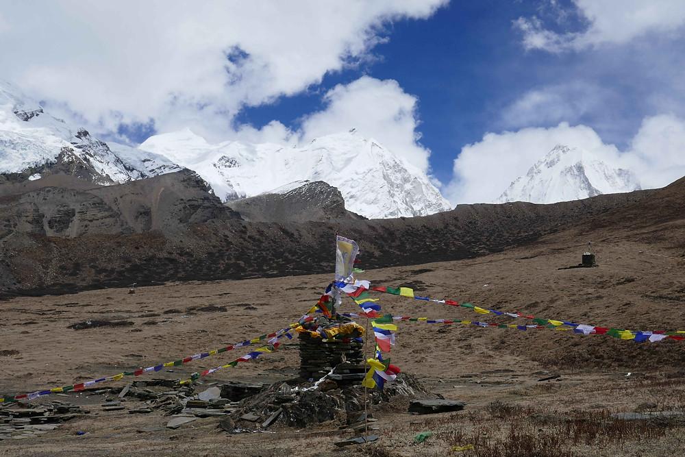 De gauche à droite le dôme de l'Himlung Himal, l'Himlung Himal, l'Himjung, le Nemjung puis caché le GyajiKang, comme panorama visible depuis le camp de base dans un ciel dégagé
