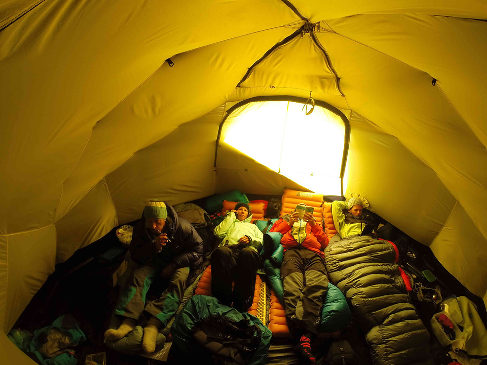 intérieur de la grande tente collective Hilleberg
