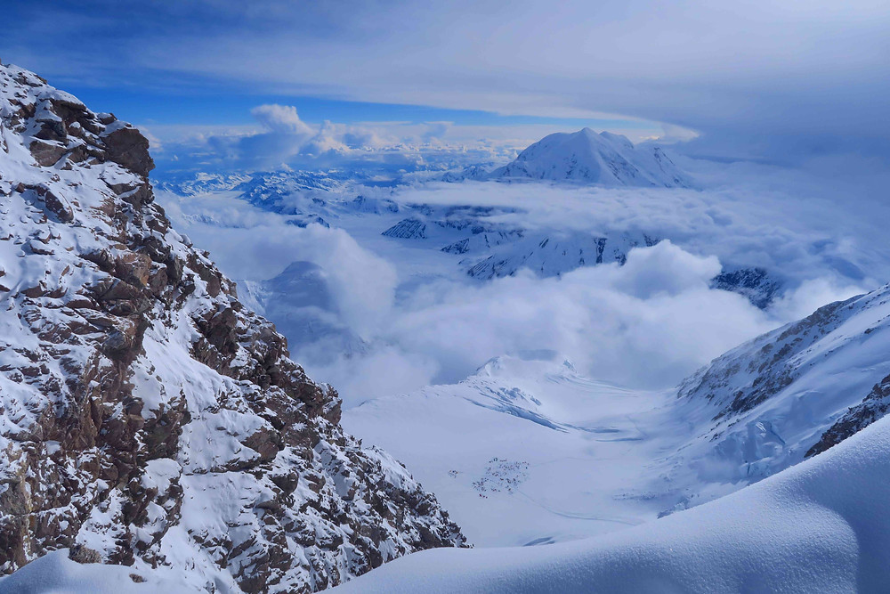 vue sur le camp 3 tout en bas depuis le camp 4 du Denali