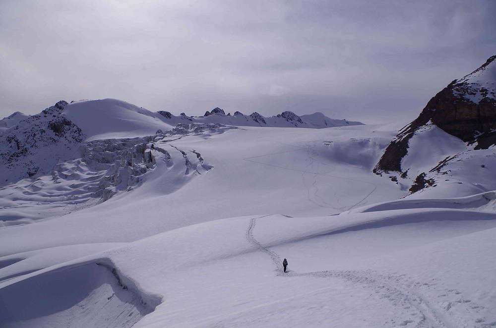 Séverine à ski au milieu du glacier