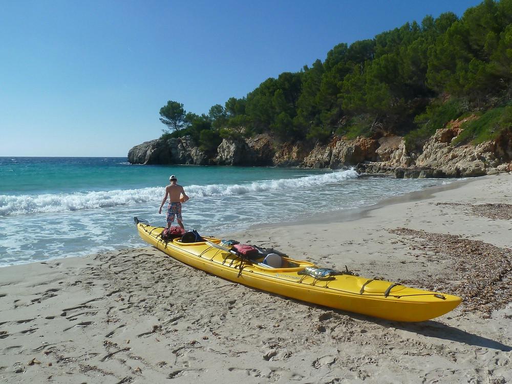 Plage paradisiaque à Minorque accessible en kayak de mer