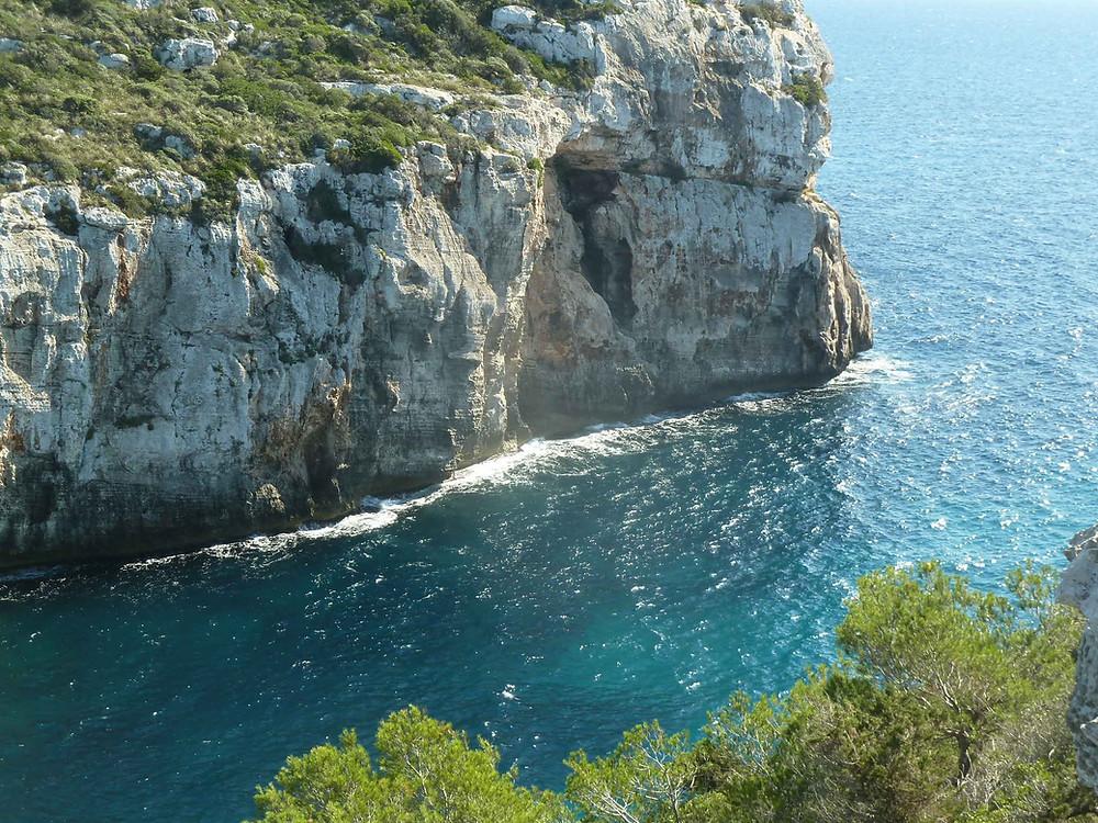 Falaises et grottes sur l'île de Minorque