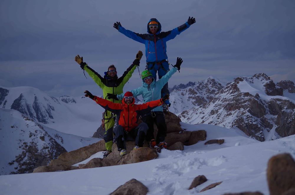 Photo du groupe au sommet d'un mont kirghize