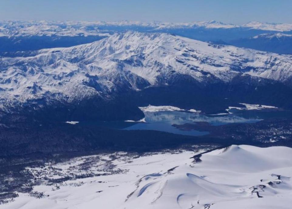 Vue sur la laguna et sommets argentins à skier