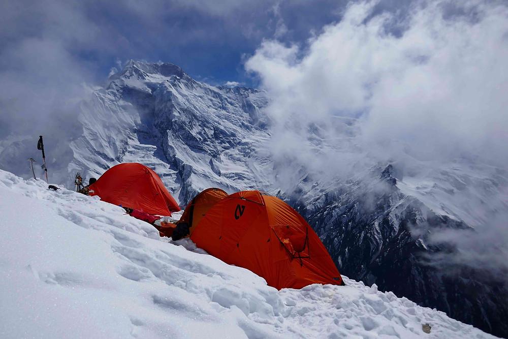 Camp d'altitude au Pisang face à la chaîne de l'Annapurna