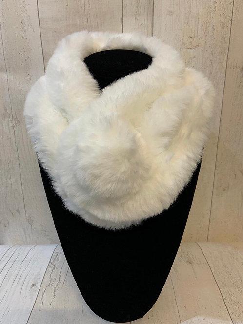 Faux fur neck Pom Pom white