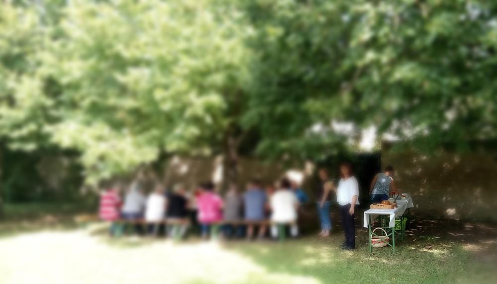 """Auch dieses Jahr feierten wir wieder gemeinsam mit allen TZ-Besuchern unser Sommerfest. Highlight in diesem Jahr war eine Schnitzeljagt quer über das Schlossgelände. Nach erfolgreicher Jagd wurden die """"Schnitzeljäger"""" mit einem (alkoholfreien) Cocktail begrüßt. Mit Spiel und Spaß ging es auf der Wiese vor dem Tageszentrum auch gleich weiter mit Darts, Hufeisenwerfen, Federball und vielem mehr. Die Sonne lachte vom Himmel und im Schatten konnte sich zur Mittagszeit jeder am großen Buffet bedienen. Ein wunderschön gelungenes Sommerfest - wir freuen uns schon auf nächstes Jahr!"""