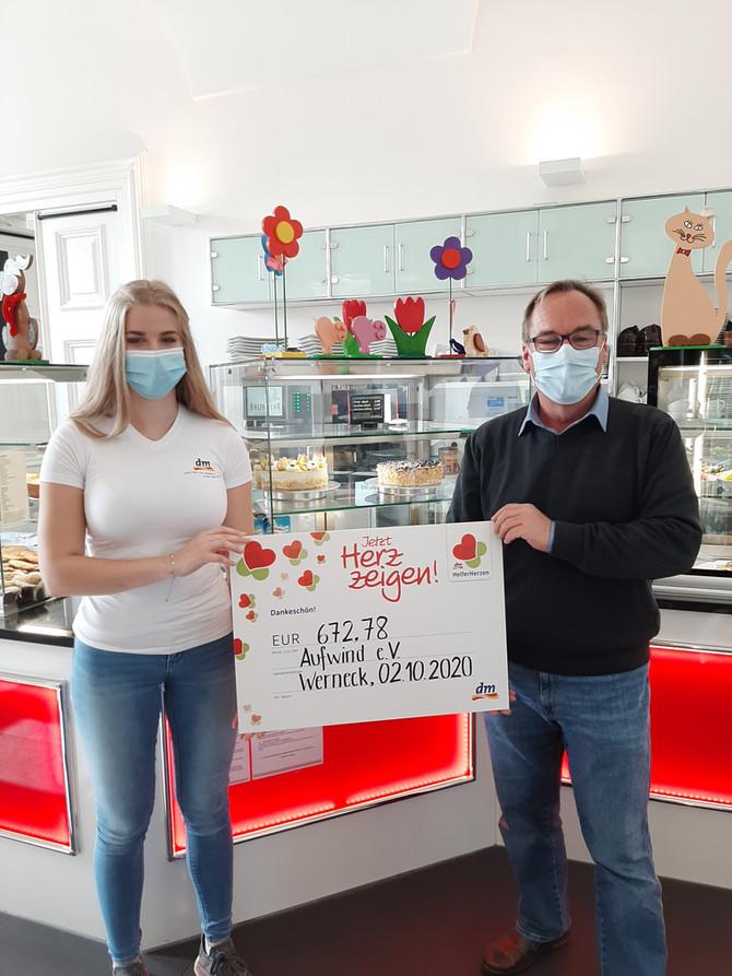 """Spendenübergabe der dm-Spendenaktion im Café BALTHASAR - """"Jetzt Herz zeigen!"""""""