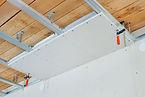 Metallträger an der Decke