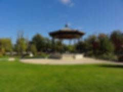 kiosque à musique et statues