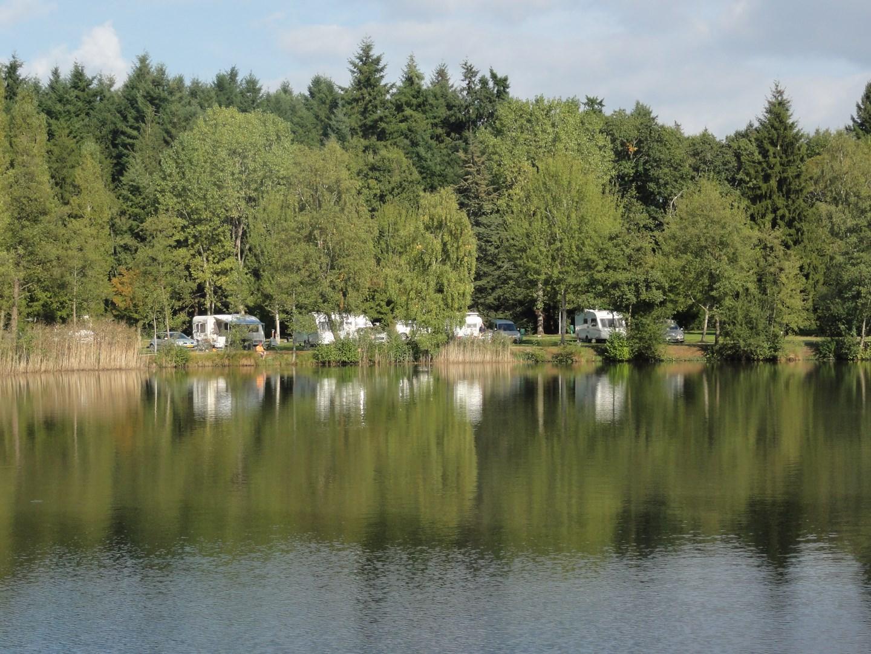 Emplacements au bord de l'étang