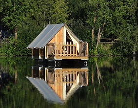 vue sur la tente flottante ancrée au milieu de l'étang