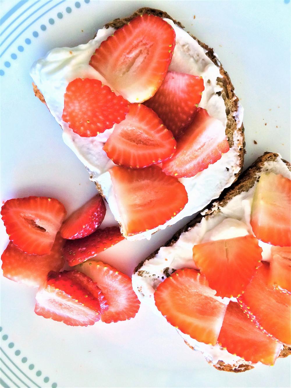 Pan con yogurt griego, miel y rebanadas de fruta