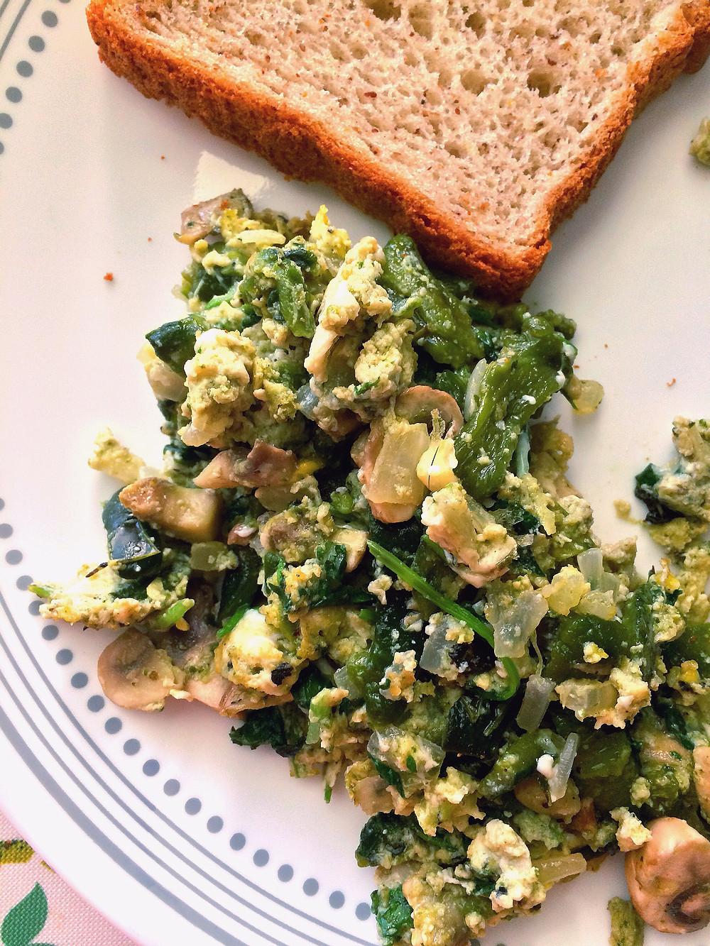 Huevo con rajas, cilantro y champiñones