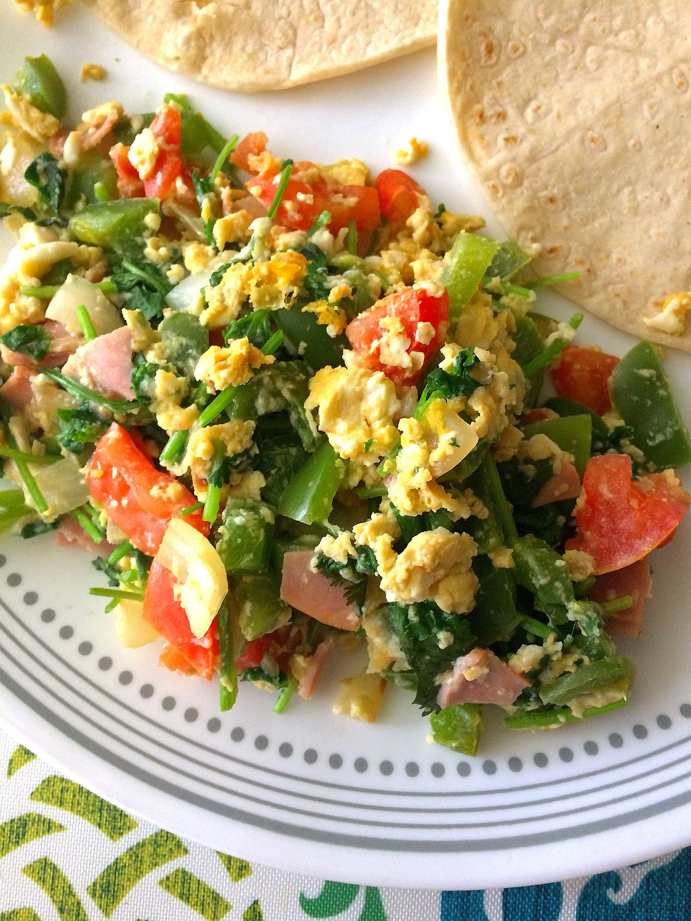 Huevo con jamón, chile morrón verde y pico de gallo