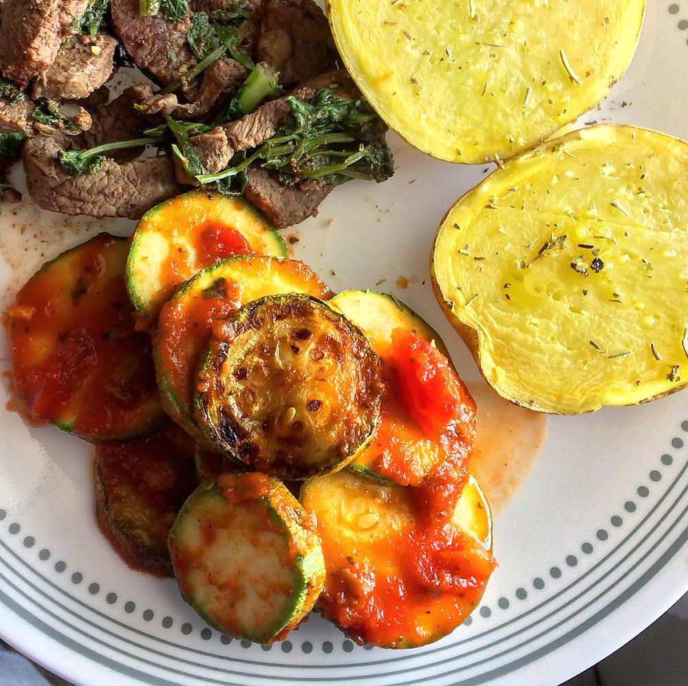 Calabacitas con salsa de tomate y queso (opcional)