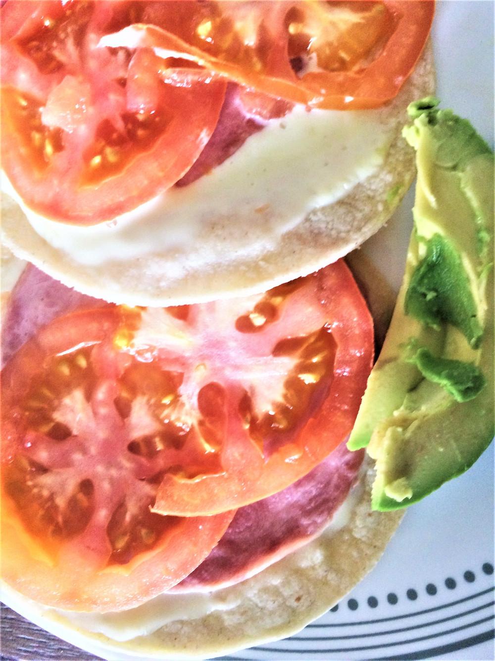 Sincronizadas (queso y jamón) con espinacas y champiñones o tomate