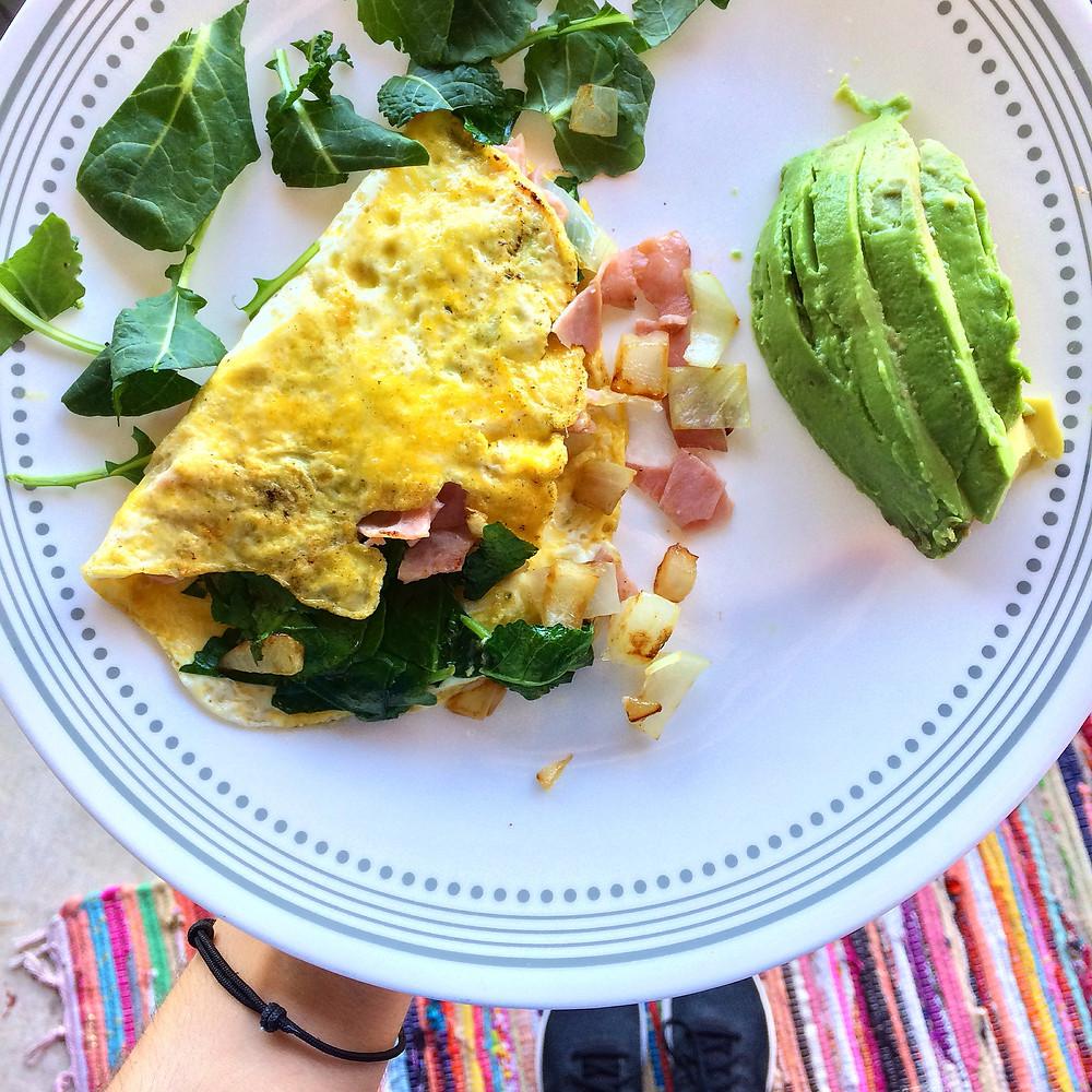 Omelette con espinaca, jamón y cebolla