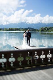 Brautpaar beim Bootshaus Gerzensee Hochzeit Traumhochzeit Schloss Trauung Hochzeitsfest Heiraten im Schloss Heiraten am See Schlosshochzeit idyllisch romantisch festlich schönste Hochzeitlocation