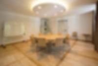 Konferenz- Seminar- Tagungs- Gruppenraum mit Konferenztisch und Konferenzstühlen im Hintergrund antiker Ofen