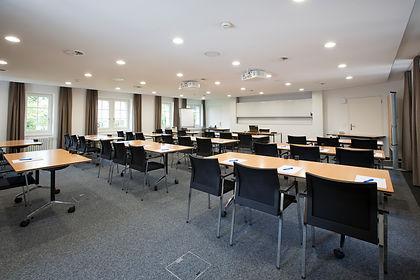 Moderner Konferenz- Seminar- Tagungsraum mit zwei Beamern Leinwand Pin- und Whiteboard