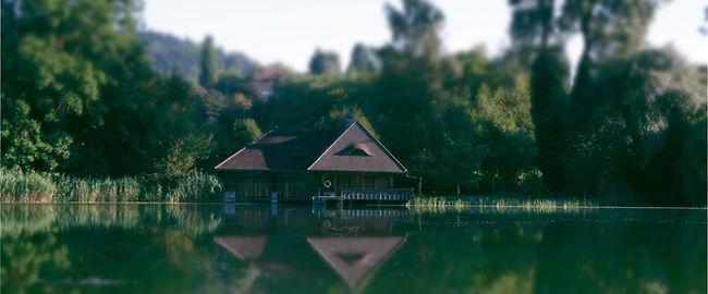Bootshaus am hoteleigenen Gerzensee Naturschutzgebiet im Hintergrund Schloss Gerzensee