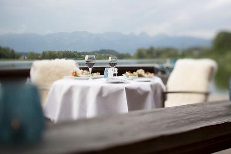 Event Tête-à-Tête gedeckter Tisch beim Bootshaus mit Blick auf den Gerzensee und die Berner Alpenkette