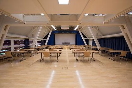 Seminar- Konferenz- Tagungsraum mit Klausurbestuhlung und Grossleinwand im Dachstock Schlossgut