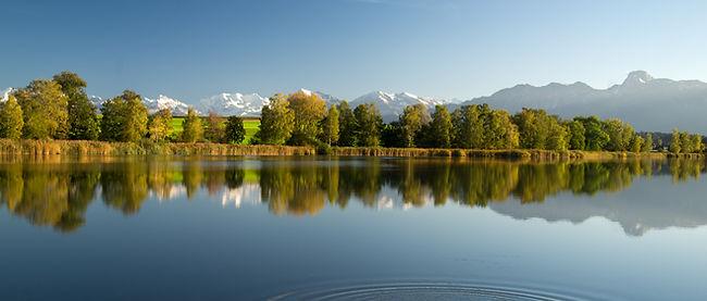 Der hoteleigene Gerzensee mit Sicht auf die Berner Alpenkette