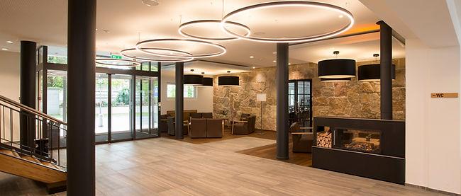 Hotel Schloss Gerzensee Eingangsbereich gemütliche stilvolle Lobby mit Cheminée rundum erneuert