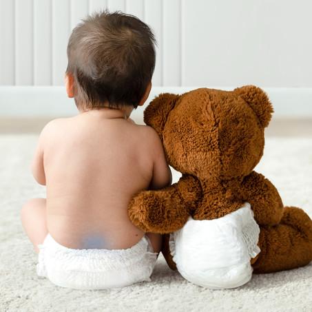 ¿Qué es esa mancha azulada en la espalada de mi bebé?