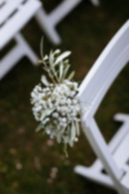 Décoration florale cérémonie laïque | bout de banc | fleuriste mariage