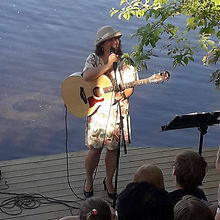 silja synger med hatt.jpg
