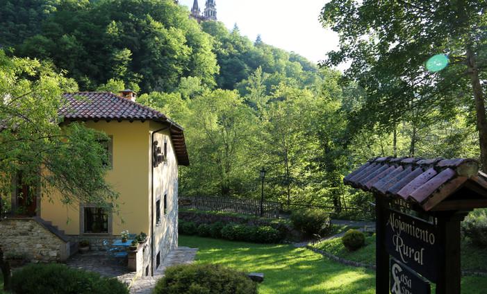 Casa Asprón, justo debajo de la Basílica de Covadonga