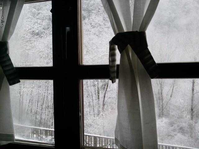 Nieve en el exterior, desde el calor de tu habitación...
