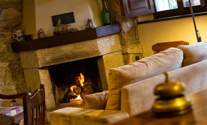 Salón social con chimenea, para los días frios de invierno