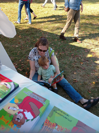 Garlic and Arts 2019 woman reading to so