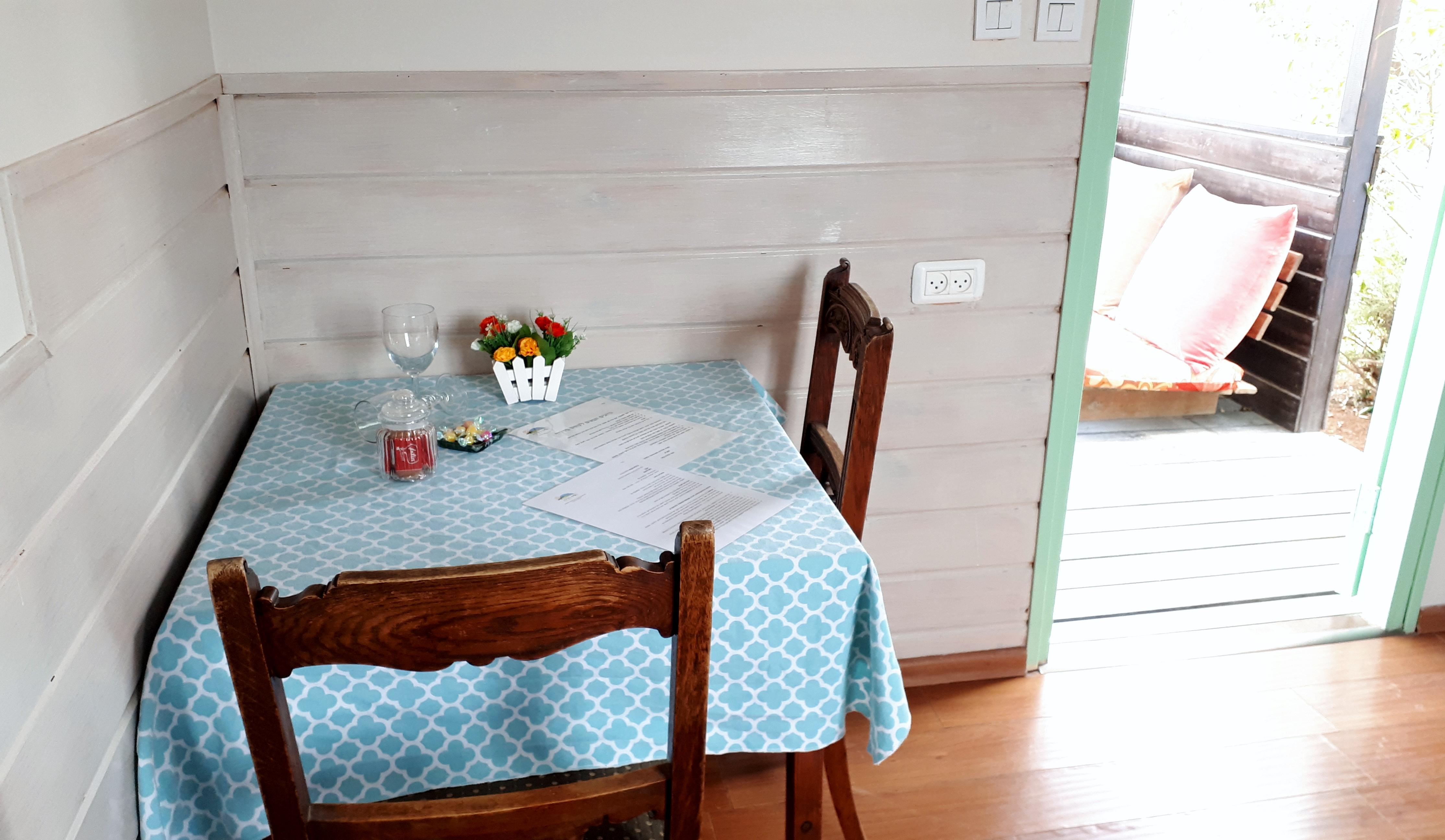 שולחן ומרפסת