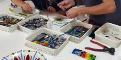 ידיים עובדות בסדנת זכוכית
