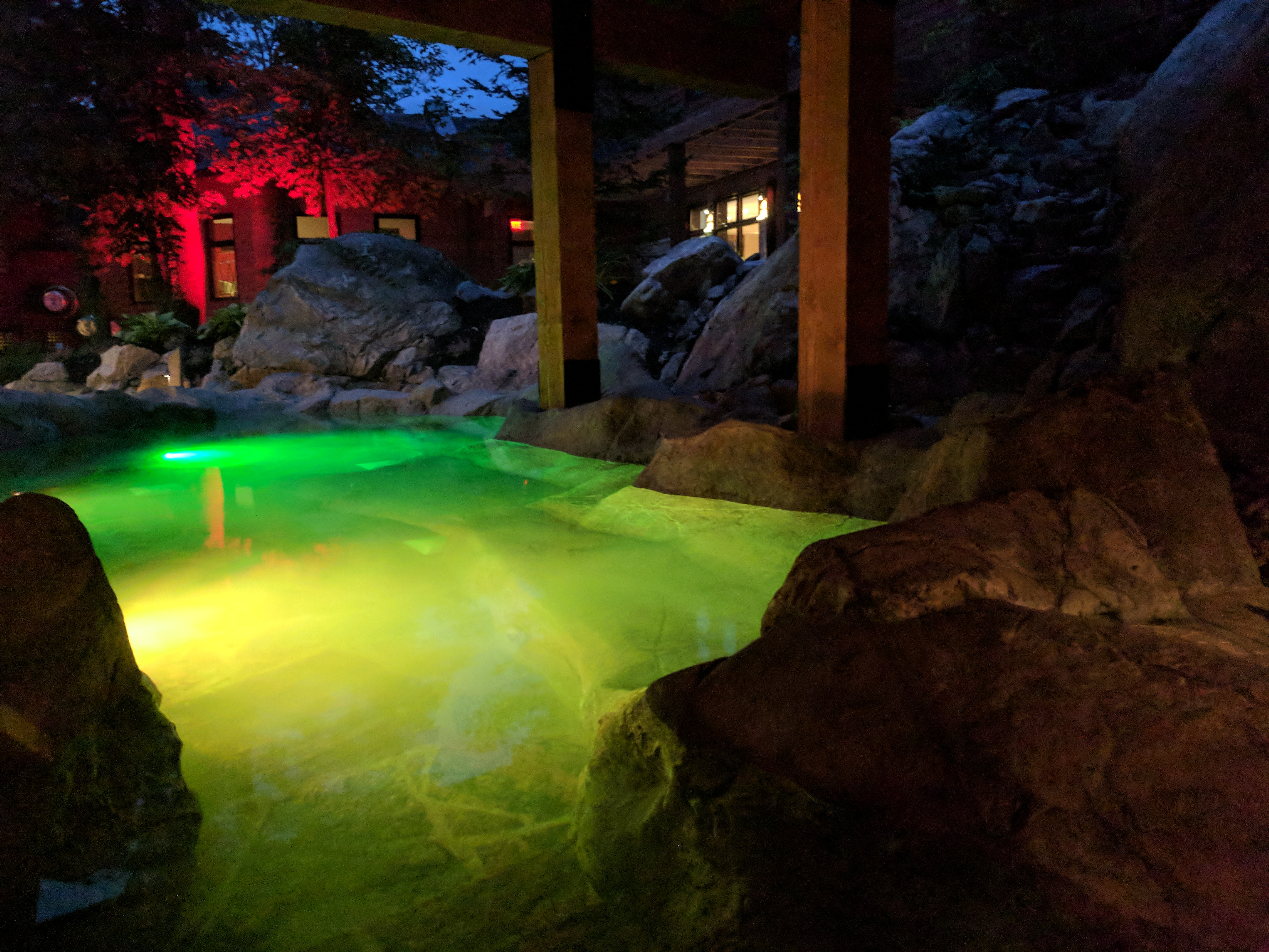 Natural Pool, Faux rock