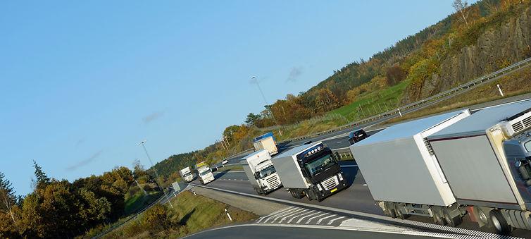 trucks-and-traffic-on-freeway_BtetFk0Vs.
