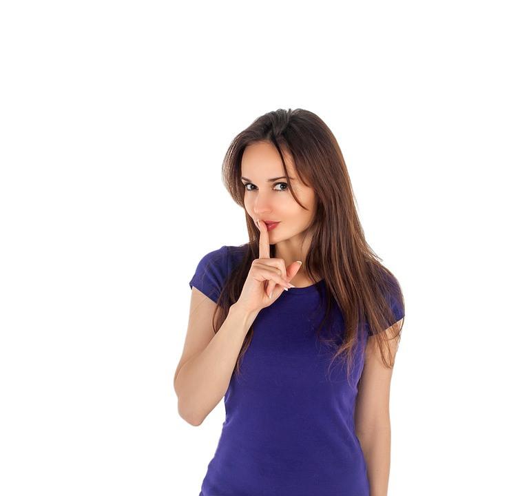 Mulher fazendo silêncio