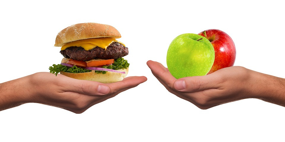 Hambúrguer e frutas o que escolher na hora da fome