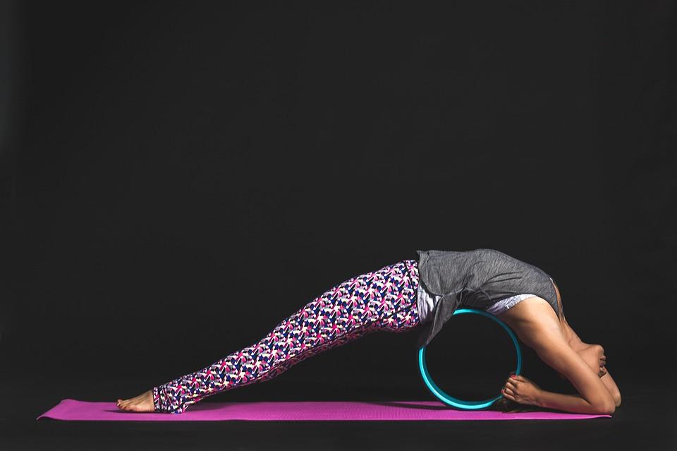 Mulher fazendo pilates na quarentena