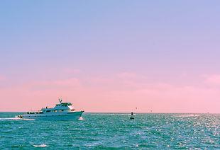 Un bateau naviguant au large - Grande parade maritime marseille
