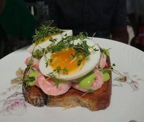 Smørrebrød fra Pomlenakke med æg fra lammehave