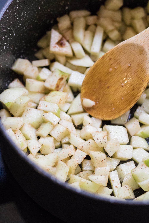 קראמבל תפוחים טבעוני מקמח כוסמין מלא שיבולת שועל קינוח טבעוני ובריא