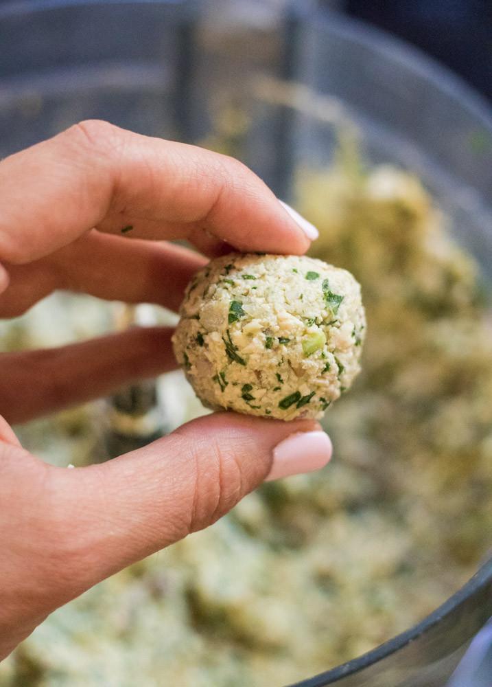 קציצות טופו טבעוניות ללא גלוטן ברוטב קארי אדום וחלב קוקוס תבשיל טבעוני