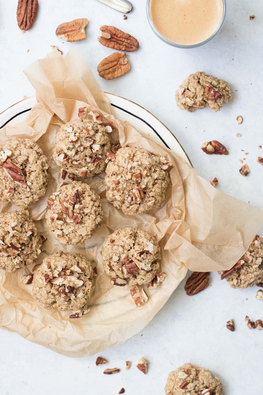 עוגיות גרנולה טבעוניות ובריאות מקמח כוסמין מלא עוגייה טבעונית ליד הקפה